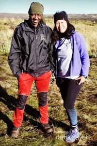 Penulis bersama Guide Leader profesional Peter Warui setelah tiba di kamp terakhir di Lake Ellis (perjalanan turun 21 km dari Poin Lenana).