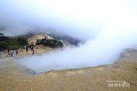 Kawah Sikidang, salah satu kawah aktif yang ada di dataran tinggi Dieng