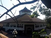 Di lokasi yang sekarang berdiri masjid ini, dahulu pernah berdiri loji Sint Jan sebagai tempat berkumpulnya anggota Freemasonry di Bandung