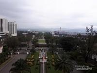 Monumen Perjuangan Rakyat Jawa Barat atau yang sering dingingkat Monumen Juang (Monju) dilihat dari Gedung Sate.