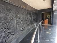 Pintu msuk menuju museum yang tereltak di bawah monumen terelak di ujung relief sebelah kanan. Relif ini menceritakan mulai dari masa kerajaan Hindu Budha hingga peristiwa mepertahakan kemerdekaan pasca proklamasi. Relief ini akan berlanjut di sebelah kiri monumen dimana terdapat pintu keluar museum