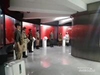 Patung-patungyang menggunakan seragam tentara Indonesia, Belanda, dan Jepang. Sebagian besar koleksi museum ini merupakan benda asli yang pernah digunakan di masa lalu. Beberapa koleksi disimpan di ruangan khus bahkan masih memiliki bekas bercak darah.