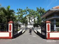Pintu masuk menuju kawasn monumen tereletak dibagian belakang monumen itu sendiri. Terdapat tempat parkir yang luas dengan pintu dari Jalan Dipatiukur, bersebrangan dengan Universitas Pajajaran.