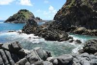 Batuan karang mengelilingi gili.