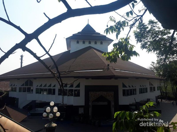 Bangunan loji diratakan dengan tanah setelah Presiden Soekarno mengeluarkan Perpres mengenai pelarangan perkumpulan Freemasonry di Indonesia pada tahun 1960-an. Kemudian dibangun Graha Pancasila tapi kemudian diratakan dengan tanah dan dibangun Masjid Al Ukhuwah.