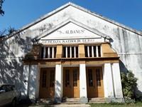 Bangunan ini bikinan arsitek Ghijsels di 1920 tanpa satupun jendela di bagian depannya. Hanya tiga buah pintu yang diapit empat tiang yang telihat di bagian depan. Foto-foto lama memperlihatkan di bagian yang sekarang bertuliskan Gereja Katolik Bebas.
