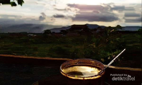 Secangkir kopi arjuno dengan latar belakang gunung