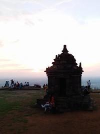 Waktu favorit wisatawan mengunjungi candi ini adalah menjelang sunset