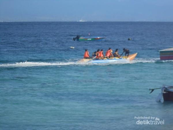 Para pengunjung sedang menikmati banana boat