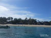 Pantai dengan pasirnya yang putih