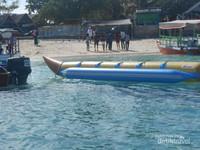 Pengunjung bersiap-siap menaiki banana boat.