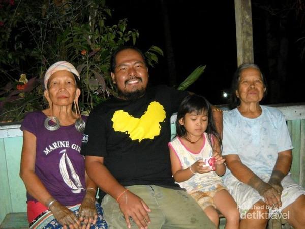 Nenek-nenek suku Dayak Bahau Bahau dengan telinga panjang dan tato.