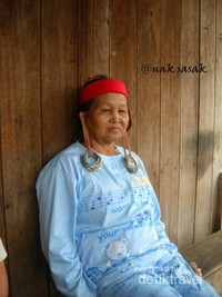 Seorang nenek Dayak Bahau dengan anting di telinga.
