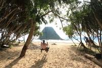 Kita bisa bersantai sepanjang hari di pantai nan indah ini
