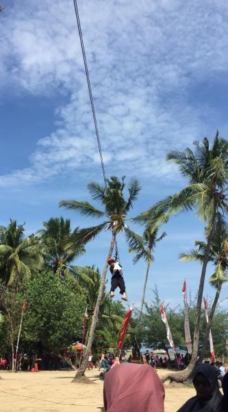 Wahana flying fox, salah satu wahana di Pantai Kelapa.