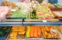 Aneka kue basah dan jajanan pasar di Toko Roti Ganda