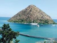 Keindahan pulau kecil dilihat dari atas bukit.