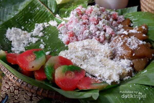 Mantappp: Kue mata roda, cenil, dan beragam jajanan berbahan dasar singkong khas Jawa Tengah bisa ditemukan di Pasar Slumpring