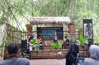 Santuy: Live music performance oleh band lokal, bisa request lagu lho...