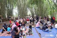 Teduh: para pengunjung menikmati jajanan dan live music di bawah rumpun bambu yang rindang beralas tikar yang disediakan