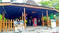 Pendopo yang menjual makanan, minuman, dan souvenir khas Jogja