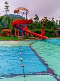 Ada perosotan dan tali pembatas antara kolam anak dan dewasa.