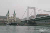 Berkeliling Budapest sore hari dengan Cruise sangat menyenangkan.