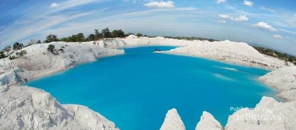 Danau Kaolin dulunya lebih dikenal dengan pusatnya penambangan timah. Ini karena sebagian besar persediaan timah di Indonesia dipasok langsung dari Belitung. Danau Kaolin juga sekaligus merupakan saksi bisu dari kekayaan tambang Belitung.