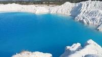 Air di Danau Kaolin berwarna biru muda dan dikelilingi daratan berwarna putih. Paduan warna yang menakjubkan untuk diabadikan dengan lensa kamera. Para wisatawan yang datang ke tempat ini rata-rata memang mengincar keindahan tersebut.