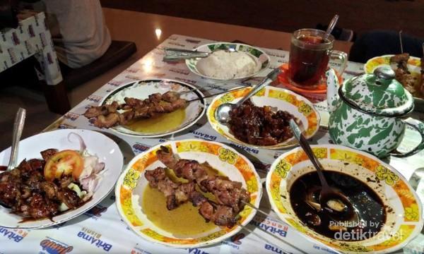 Deretan menu sate Pak Pong yang siap dinikmati.