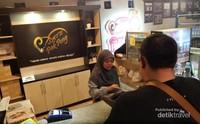 Warung sate klatak yang cukup populer adalah sate Pak Pong