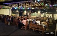 Meski tempatnya luas, banyak pengunjung yang harus antri untuk makan disini.