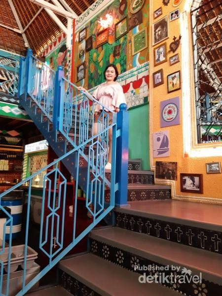Berfoto di Tangga Backdrop Lukisan