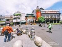 Gerbang Kampung Ketandan yang nampak mencolok.