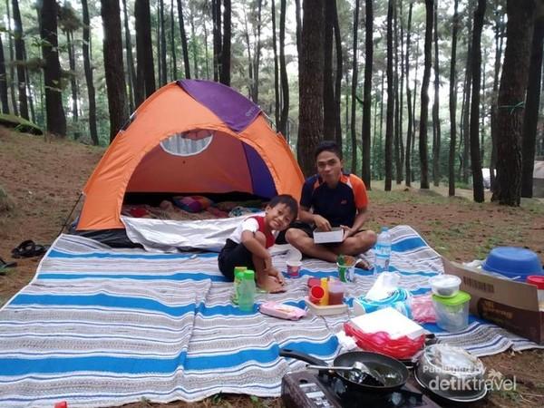 Makan dan camping bareng.