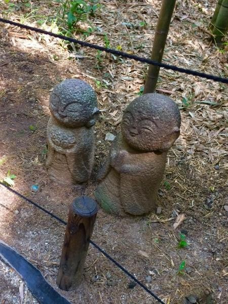 Patung Jizo yang ada di samping jalan hutan bambu