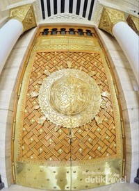 Pintu masjid yang mirip pintu Masjid Nabawi.