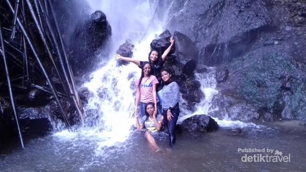 Rekreasi  mandi di air terjun Kedebodu Ende, Flores