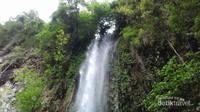 Air Terjun Kedebodu ini dikelilingi pepohonan rindang