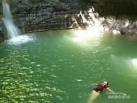 Berenang di air terjun memberikan sensai bebeda karena bersatu dengan alam