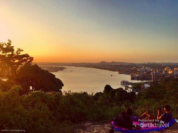 lembayung senja di puncak Bukit Selili Kota Samarinda.