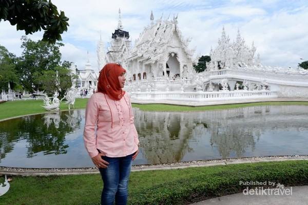 Kuil Putih (White Temple) yang merupakan icon Chiang Rai
