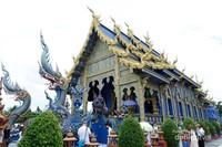 Blue Temple (kuil yang di dominasi dengan warna biru dengan detail warna gold)
