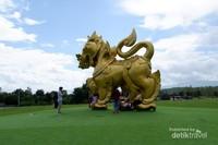 Patung Singha Park terletak di pintu masuk Taman