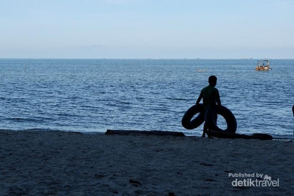 Aktivitas bermain Ban di Pinggir Pantai