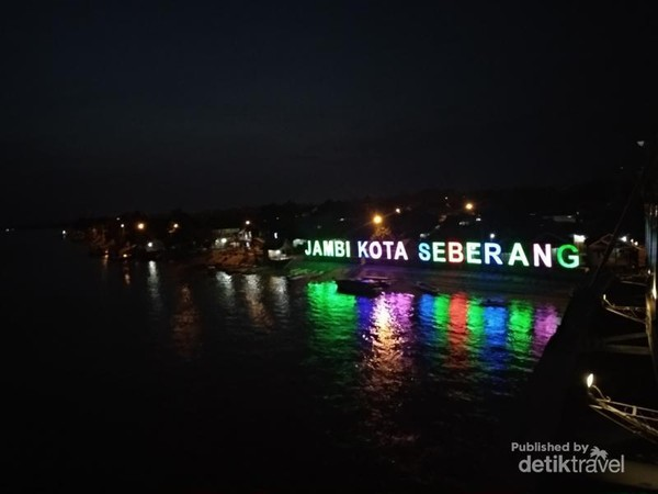 Plang Jambi Kota Seberang di malam hari.