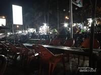Kedai makan di tepi sungai batanghari.