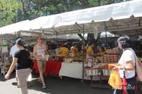 Saat akhir pekan tiba , beberapa pasar seperti ini akan diselenggarakan di beberapa tempat . Pasar ini menjual aneka macam makanan , minuman , buah-buahan , sayur-sayuran , dan masih banyak lagi .