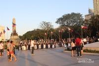 Taman kota seperti Rizal Park ini juga ramai dikunjungi saat sore hari , warga sekitar maupun wisatawan tampak memenuhi taman yang terletak di pusat kota.