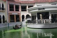 Salah satu mal yang ada di Manila dengan konsep Venesia lengkap dengan gondolanya.